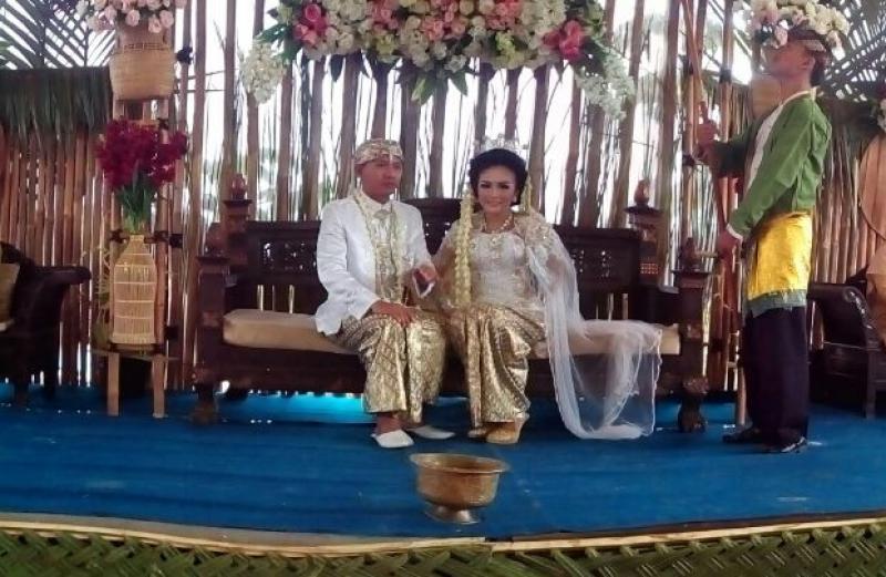 Keren, Pasangan Ini Menikah Ditepi Sungai Dengan Dekorasi Penuh Pohon Bambu