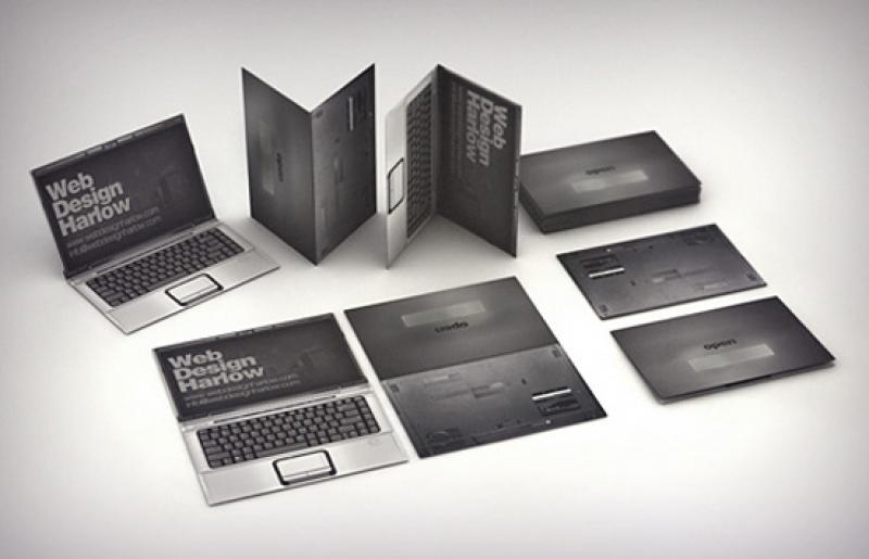 Pasangan Ini Membuat Undangan Dengan Desain Laptop