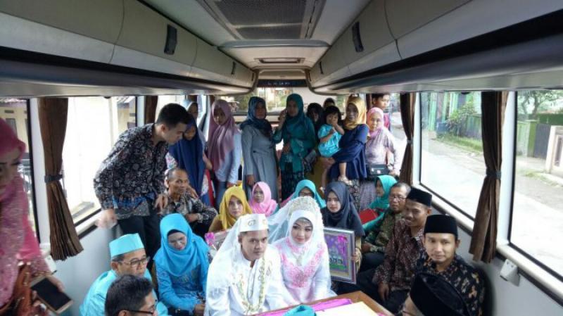Wujudkan Cita-Cita, Penggemar Bus Ini Nikah Dalam Bus